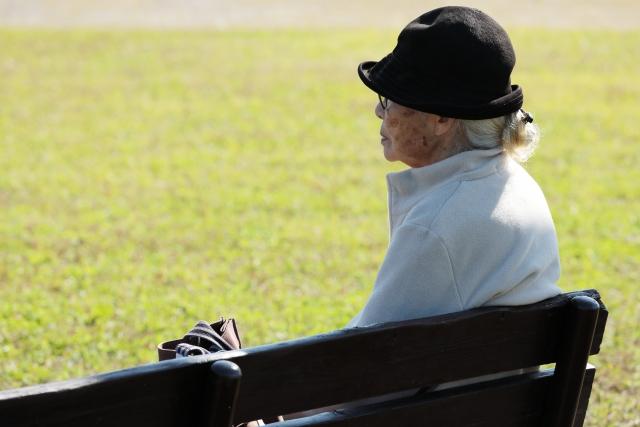 ベンチに座るおばあさん
