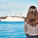 船を見る女性
